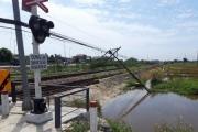 Hàng loạt trụ thông tin liên lạc Đường sắt qua Huế bị dông lốc quật đổ