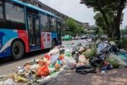 Xe vào bãi rác Nam Sơn bị chặn, phố phường Hà Nội ngập trong 'biển' rác