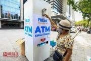"""""""ATM khẩu trang"""" phát miễn phí trên đường phố Hà Nội"""