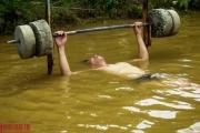 Người dân Thủ đô bì bõm tập thể dục khi nước sông Hồng dâng cao