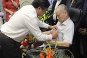 GS. Trần Phương - Hiệu trưởng, CT HĐQT trường Đại học Kinh doanh và Công nghệ Hà Nội nhận Huy hiệu 75 năm tuổi Đảng