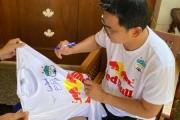 Chiếc áo HLV Kiatisuk chốt giá 130 triệu đồng