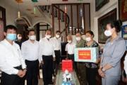 Phó Thủ tướng Thường trực tặng quà gia đình chính sách nhân ngày 27/7