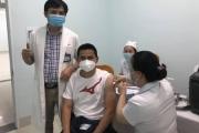 Kiatisuk cùng hơn 230 thành viên vừa tiêm vắc xin ngừa Covid-19