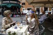 Không thể tận diệt virus, châu Âu chấp nhận chung sống với Covid - 19
