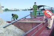 Hà Tĩnh: Bắt sà lan đang khai thác cát trái phép trên sông La