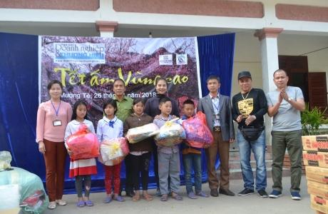 Tạp chí Doanh nghiệp và Thương hiệu: Trao quà cho các cháu học sinh xã Pa Vệ Sử, Mường Tè, Lai Châu.