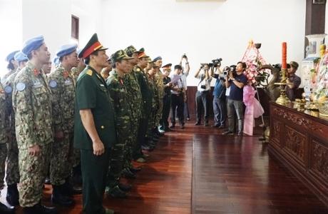 Lực lượng gìn giữ hòa bình Việt Nam dâng hương tại tượng đài Chủ tịch Hồ Chí Minh ở Bến Nhà Rồng