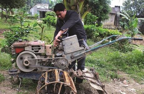 Người nông dân sáng tạo máy bừa không người lái