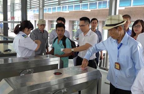 Xe buýt nhanh ở Hà Nội bắt đầu áp dụng vé điện tử