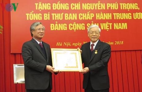 Chúc mừng Tổng Bí thư, Chủ tịch nước Nguyễn Phú Trọng nhận Huy hiệu 50 năm tuổi Đảng