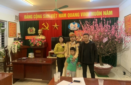 Hà Nội: CSGT giúp bé trai 7 tuổi đi lạc về với gia đình
