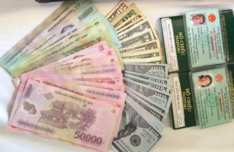 Nhân viên vệ sinh tàu SE2 trả 1.102 USD và 5 triệu đồng cho khách bỏ quên