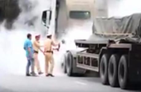 CSGT cứu hoả xe tải bốc cháy trên đường vành đai 3