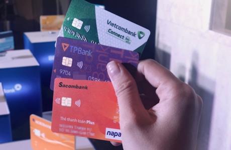 Ngân hàng hay khách hàng phải gánh nghìn tỉ đổi thẻ ATM?