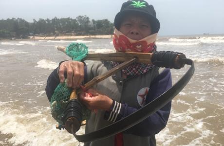 Nghề đi lùi cào ngao ở biển Quỳnh xứ Nghệ, kiếm 300 ngàn/ngày