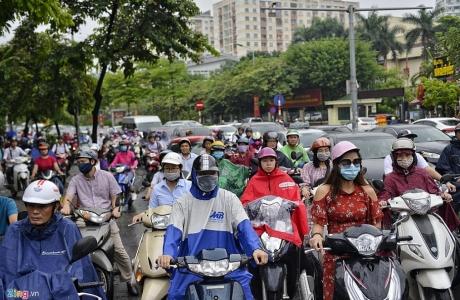 Đường phố Hà Nội kẹt cứng sau cơn mưa lớn