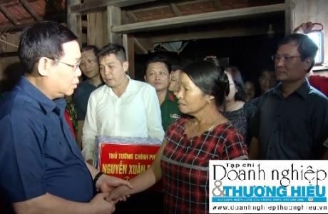 Phó Thủ tướng Vương Đình Huệ thăm hỏi, tặng quà và động viên nhân dân vùng lũ Minh Hóa, Quảng Bình.