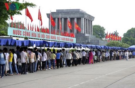 Hàng nghìn người vào Lăng viếng Bác trong ngày Tết Độc lập