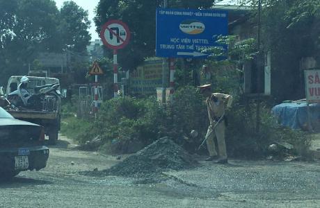Hà Nội: Đội cảnh sát Giao thông số 11 san lấp ổ trâu, ổ gà đảm bảo an toàn giao thông