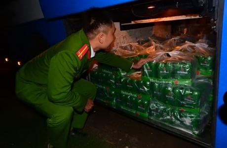 Hà Tĩnh: Bắt giữ xe khách chở gần 100 thùng bia ngoại không rõ nguồn gốc