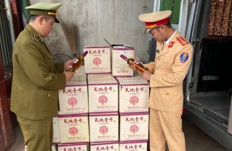 Bắc Giang: Phát hiện xe ô tô khách vận chuyển gần 1000 chai dấm táo lậu