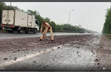 CSGT Hà Nội dọn bùn đất rơi vãi trên Đại Lộ Thăng Long