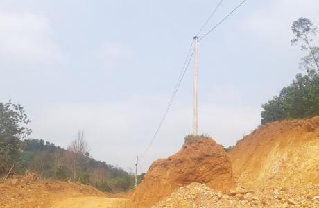Hà Tĩnh: Hàng cột điện nguy cơ đổ sập vì nhà thầu tự ý múc đất làm đường