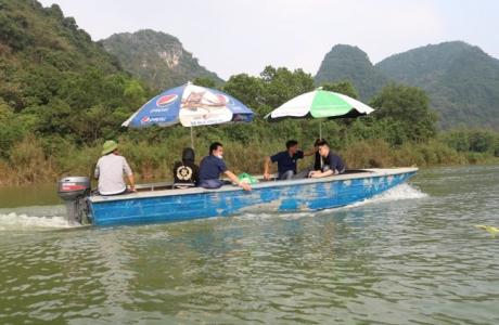 Bất chấp lệnh cấm, đò máy vẫn lướt ào ào trên suối Yến chùa Hương