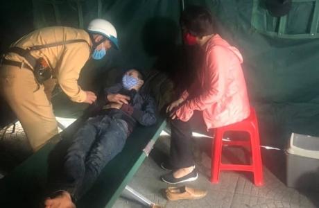 Hà Nội: Chốt kiểm soát Covid-19 cứu một người định nhảy cầu Long Biên tự tử
