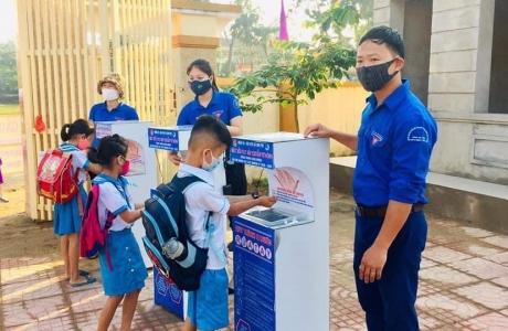 Tặng 3 máy rửa tay tự động sát khuẩn trước khi học sinh trở lại trường học