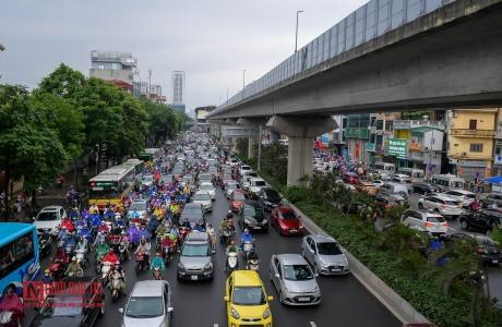 Đường phố Thủ đô ùn tắc nghiêm trọng sau cơn mưa lớn