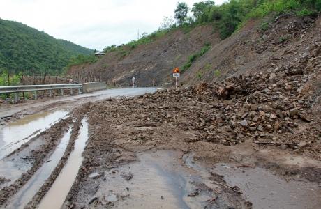Kỳ Sơn, Nghệ An: Sạt lở nghiêm trọng trên tuyến đường trăm tỷ chưa bàn giao