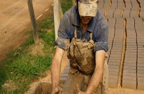 Xây dựng nền kinh tế xanh, ít ô nhiễm hơn từ nghề làm gạch