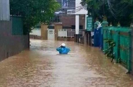Hạ Long lại 'thất thủ' sau mưa lớn: Sát biển sao đường phố vẫn chìm sâu trong nước?