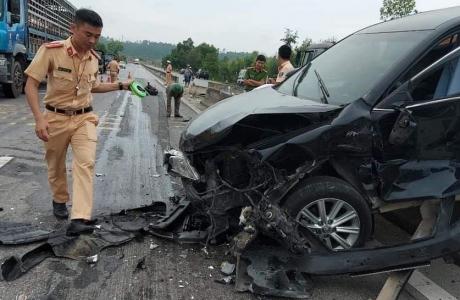 Hà Tĩnh: Xe Camry tông vào dải phân cách, nát đầu xe