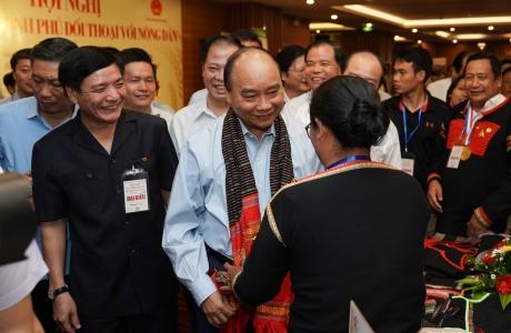 Chùm ảnh: Thủ tướng Nguyễn Xuân Phúc thăm gian hàng nông sản của đồng bào Tây Nguyên