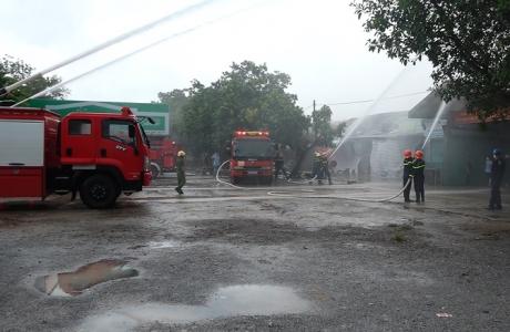 Công an tỉnh Quảng Bình phối hợp với UBND thị xã Ba Đồn diễn tập phương án chữa cháy, cứu nạn và cứu hộ chợ Ba Đồn