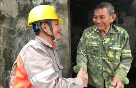 """PC Hà Tĩnh: Hành trình mang nguồn sáng cho các hộ nghèo trong """"Tháng tri ân khách hàng năm 2020"""""""