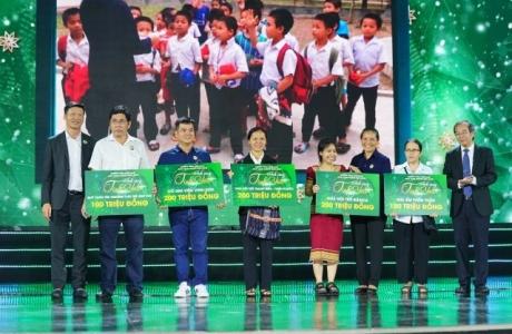 Sau bữa tiệc âm nhạc xúc cảm yêu thương, BTC trao tặng 1 tỉ đồng thiện nguyện