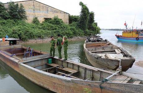 Công an huyện Quảng Ninh bắt giữ 2 thuyền khai thác cát trái phép trên sông Long Đại