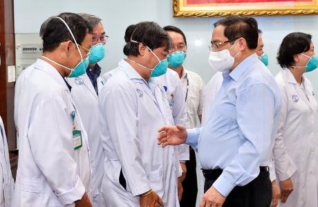 Thủ tướng Phạm Minh Chính động viên đội ngũ y bác sĩ ở tuyến đầu chống dịch
