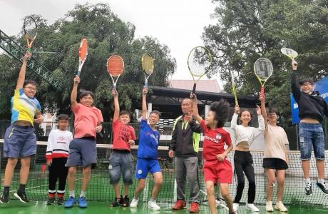 doc-dao-ong-gia-pho-nui-day-tieng-anh-qua-tennis