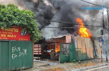 Hà Nội: Cháy lớn thiêu rụi kho xưởng trong cơn mưa