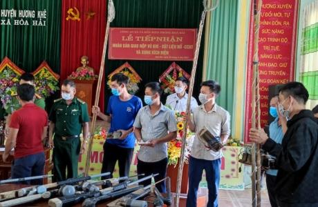 Hà Tĩnh: Người dân tự nguyện giao nộp nhiều súng tự chế, kíp mìn và kích điện