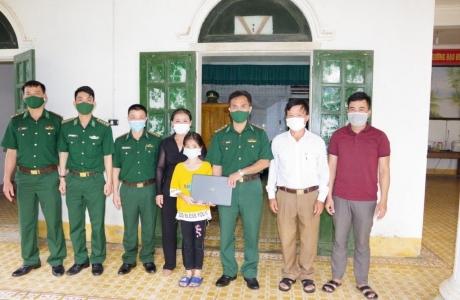 Hà Tĩnh: Đồn biên phòng Sơn Hồng trao quà cho học sinh khó khăn vùng biên giới