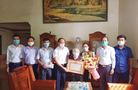 Hương Sơn trao 173 Huy hiệu Đảng đợt 2/9