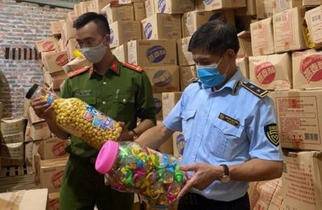 Thu giữ 1.000 thùng bánh kẹo không rõ nguồn gốc