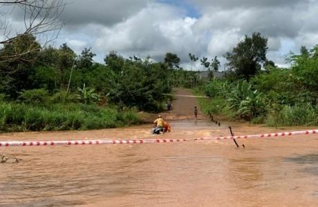 Công nhân Điện lực Gia Lai cứu 2 chị em khỏi dòng nước lũ