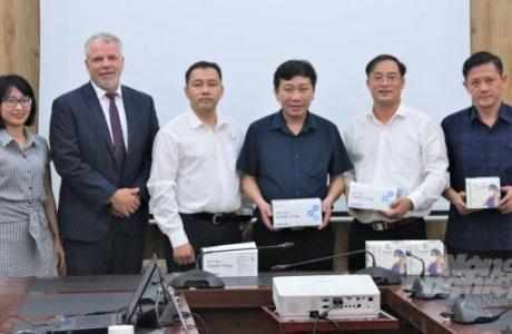 Hoa Kỳ hỗ trợ dụng cụ y tế cho ngành chăn nuôi, thủy sản Việt Nam